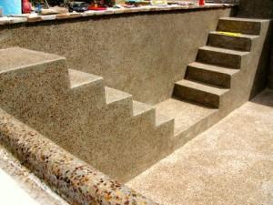 Piscina rivestita in pietra locale (Toscana).